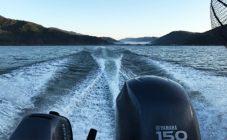 湖面を走るボート