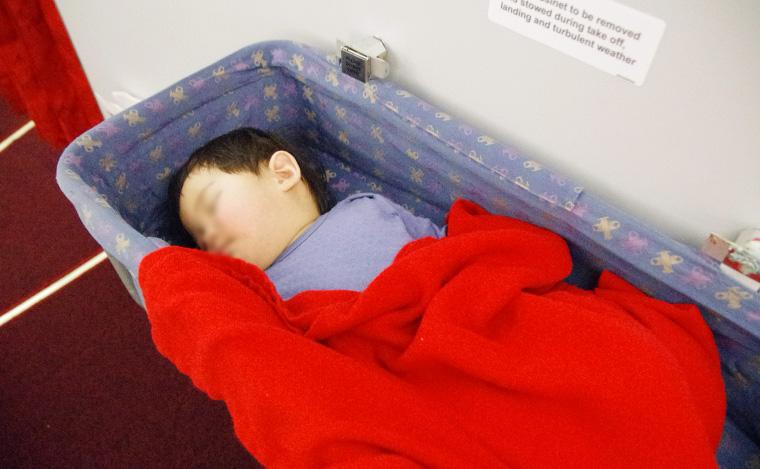 ベビーバシネットで寝る息子