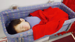ベビーバシネットで寝る赤ちゃん